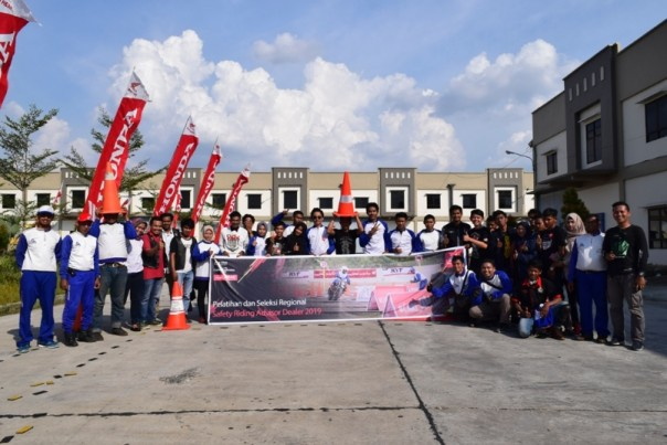 Tim Instruktur Safety Riding Capella Honda Riau bersama puluhan bikers peserta kompetisi Safety Riding for Advisor Community 2019